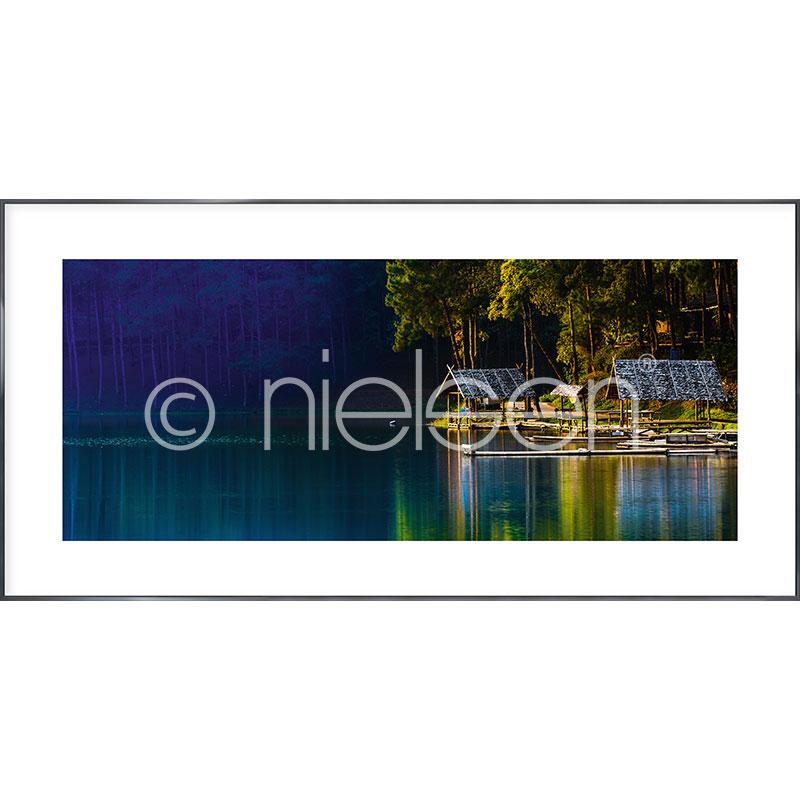 """Inramad bild """"Lake"""" med aluminiumram Alpha"""
