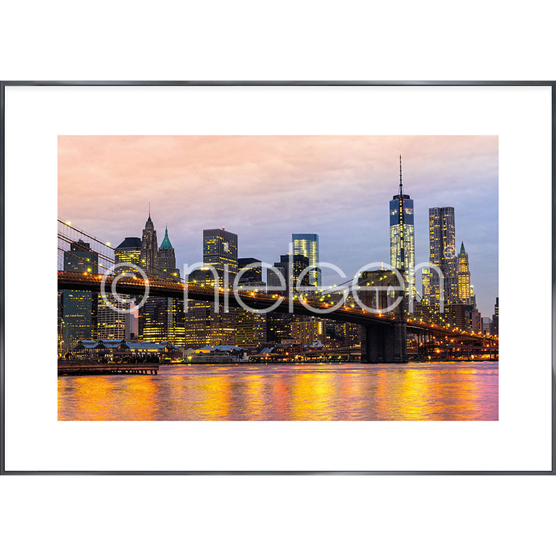 "Inramad bild ""Brooklyn Bridge at Night"" med aluminiumram Alpha"